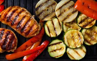 Poulet vom Grill mit Gemüse