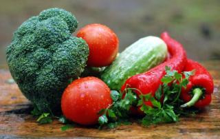 Mit Broccolie, Gurken und Tomaten