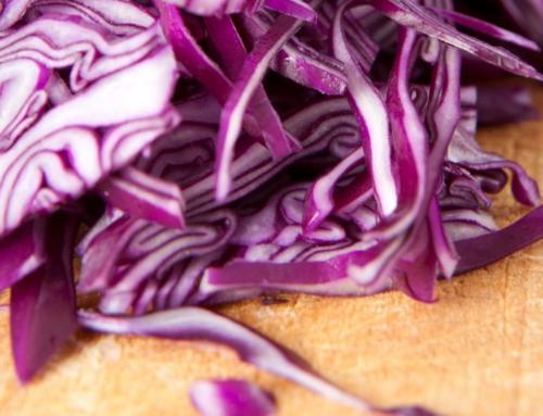 Blaukrautsalat mit Honigdressing Schafskäse und Nüssen