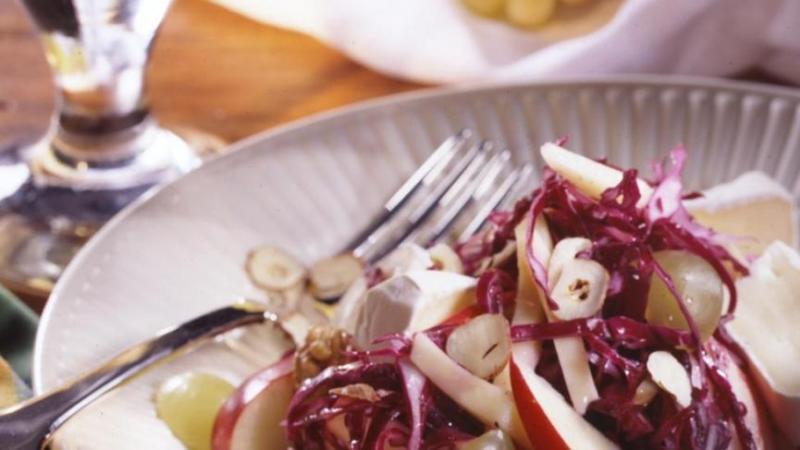 Blaukraut-Kaese-Salat mit Trauben
