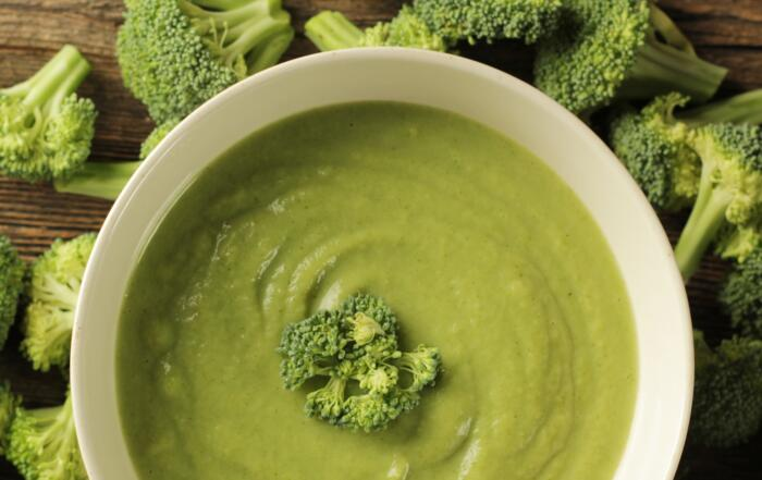 frische Broccolisuppe mit Minze und Pfeffer-Sauerrahm