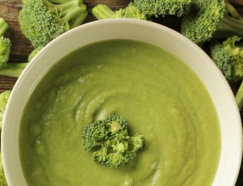 Broccolisuppe mit Minze und Pfeffer-Sauerrahm