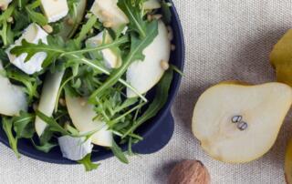 frischer Blattsalat mit Rucola, Birnen