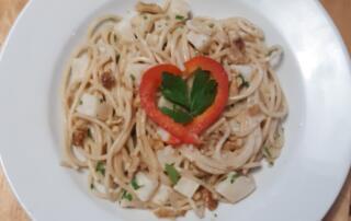 frische Spaghetti mit Sellerie-Baumnuss-Sauce