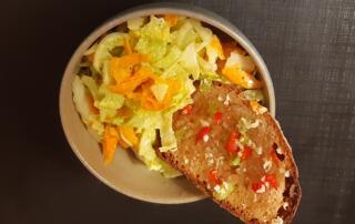 frischer Chinakohl-Rüebli-Salat mit Asia-Crostini