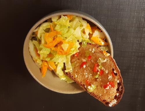 Chinakohl-Rüebli-Salat mit Asia-Crostini
