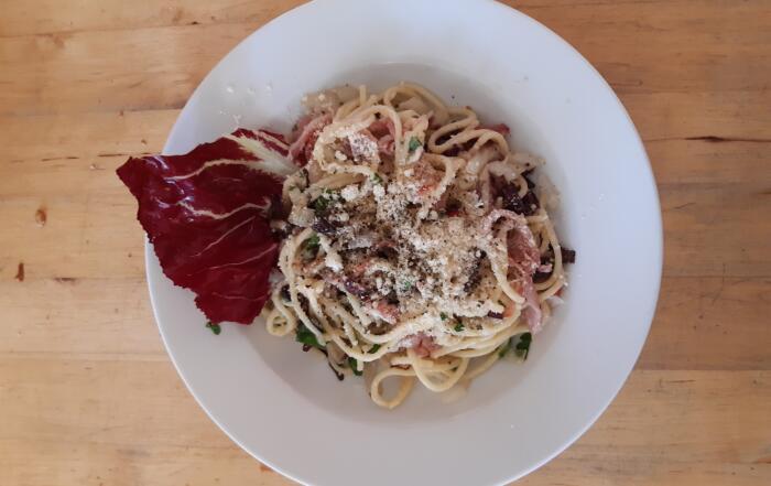 frischer Cicorino-Rosso-Nudeln mit Speck und Kräutern