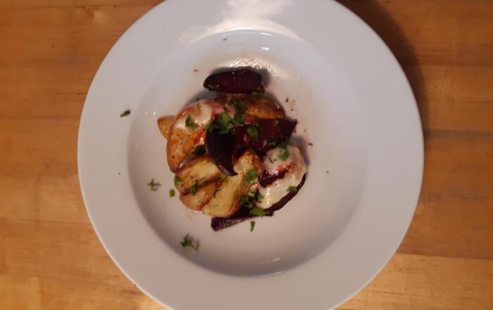 friches Randen-Kartoffel-Blech mit Raclette-Kaese