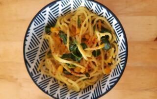 frische Spaghetti mit Kokossause und Curry-Spinat