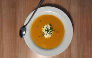 frische Kürbis-Marroni-Suppe mit Hüttenkäse
