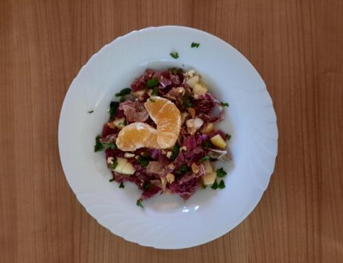 Roter Chinakohlsalat mit Äpfeln und Baumnüssen