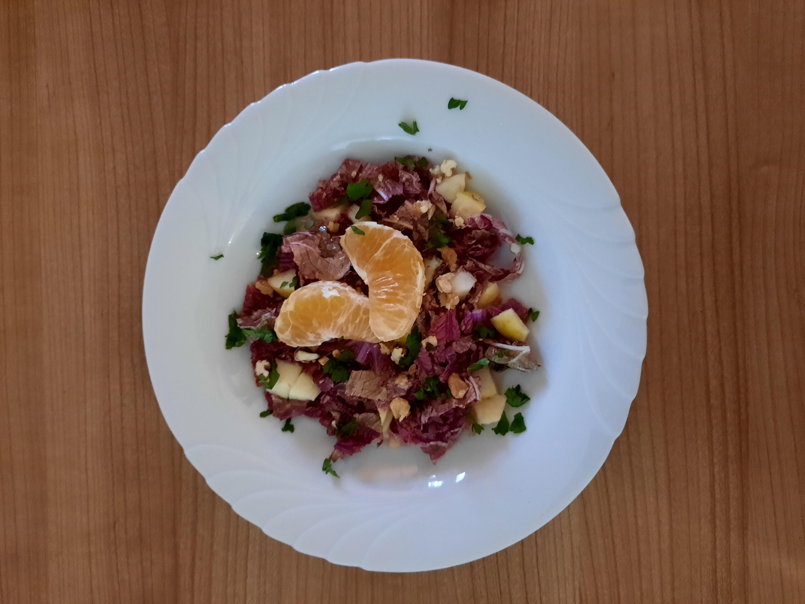 frischer Roter Chinakohlsalat mit Äpfeln und Baumnüssen