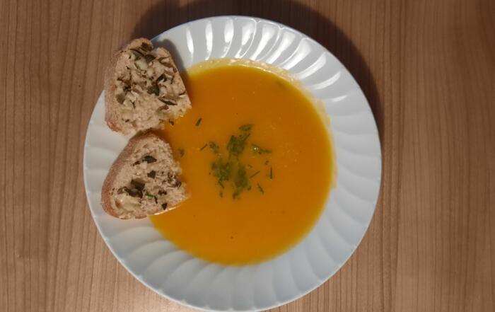 frische Thurgauer Kürbissuppe mit Tilsiter-Crostini