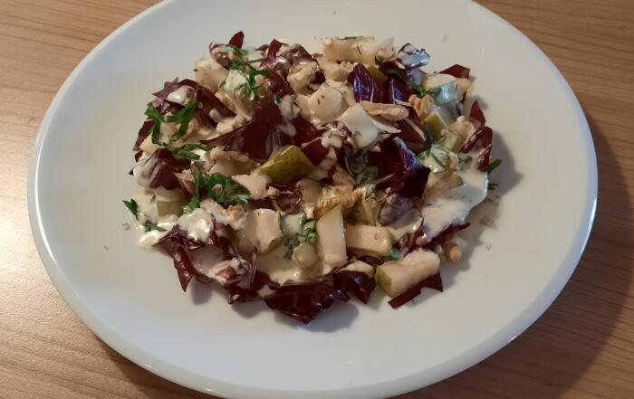 frischer Cicorino-Rosso-Salat mit Birnen und Mascarpone-Gorgonzola