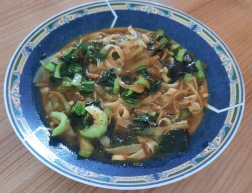 Ramen-Nudelsuppe mit Pak-Choi und Pilzen