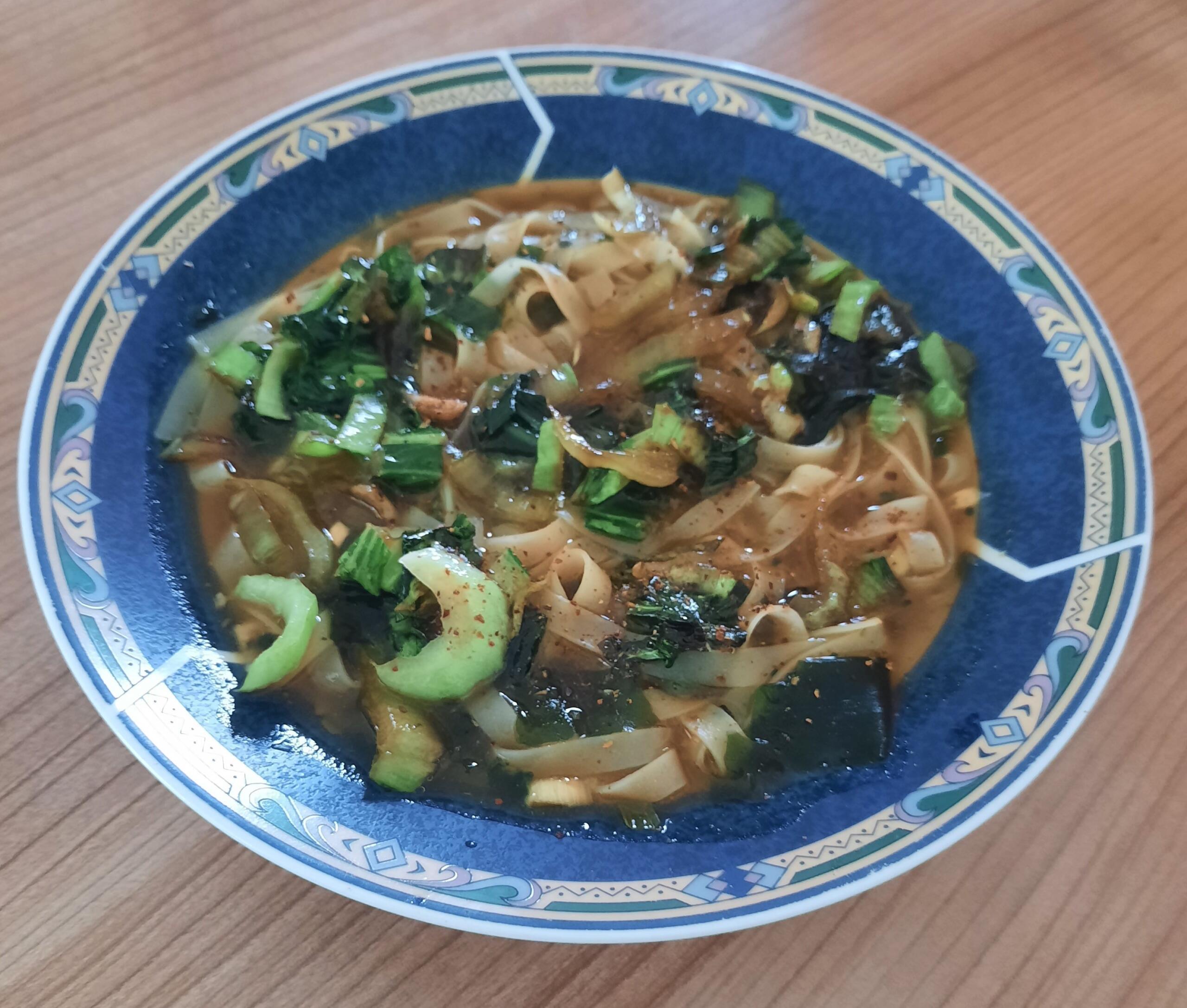 frische Ramen-Nudelsuppe mit Pak-Choi und Pilzen