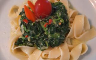 frische Chilinudeln mit Spinat und Mascarpone