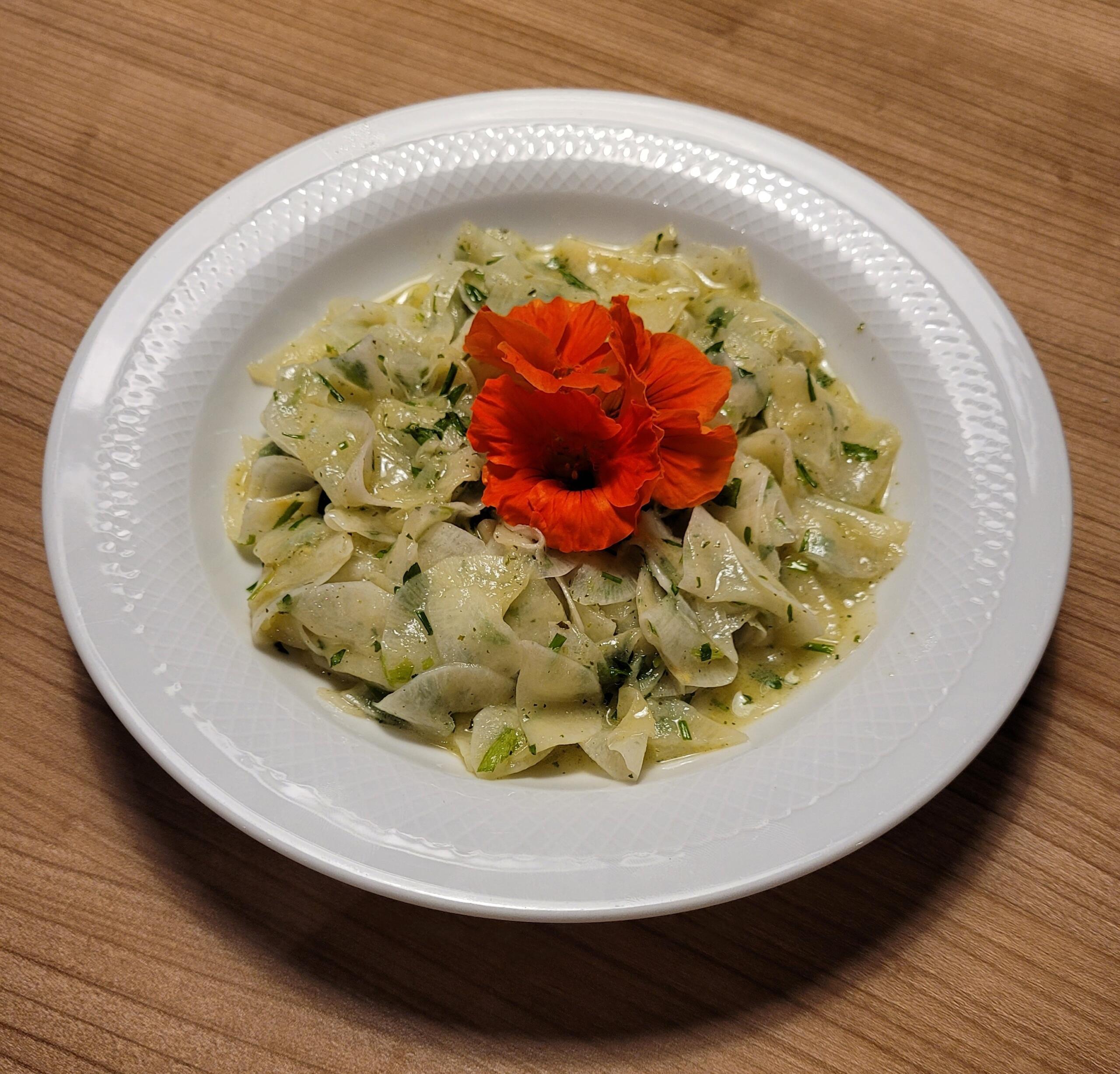frischer Rettichsalat mit Kräutervinaigrette und Laugenbrezel