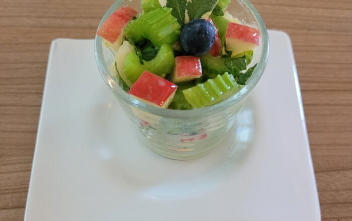 frischer Stangensellerie-Apfel-Salat