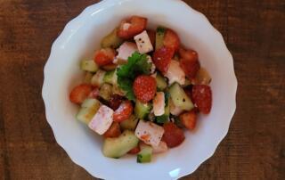 frischer Gurken-Erdbeer-Salat mit Feta