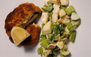 frischer Stangensellerie-Apfelsalat mit Taleggio und Haselnüssen