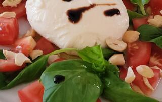 frischer Tomatensalat mit Burrata und Pinienkernen
