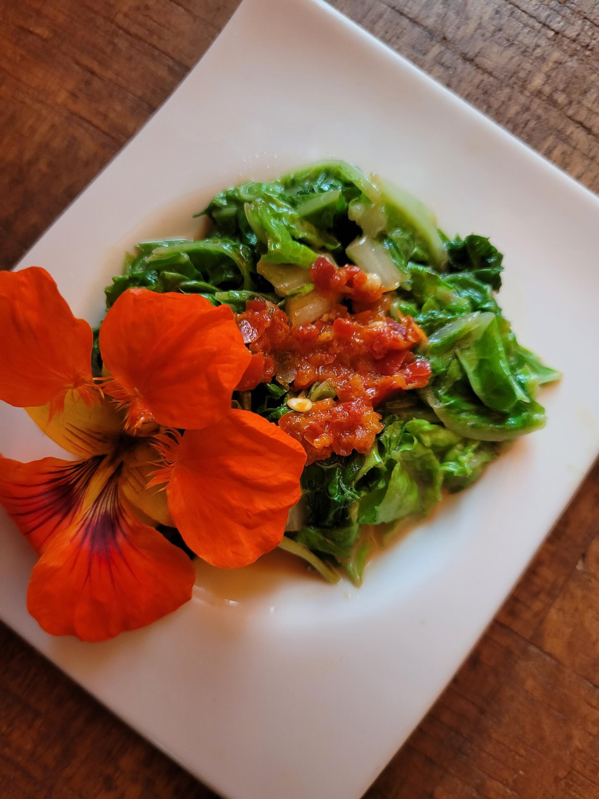 frisches Chinakohl-Gemüse mit Sesambutter und Chili