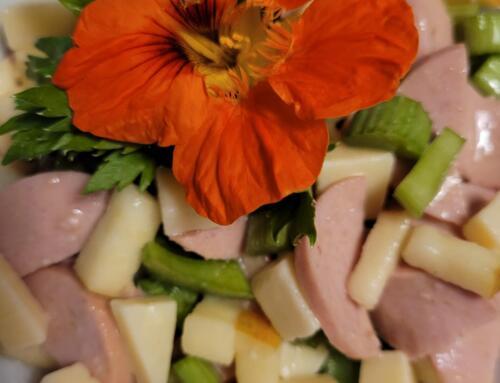 Wurst-Käse-Salat mit Äpfeln und Stangensellerie
